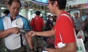 Narconon Taiwan distributing drug education booklets
