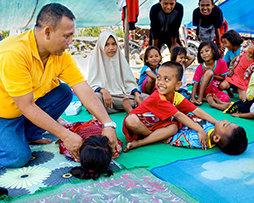 כשהם ניצבים כמשואות זוהרות בסערה, ילדים לומדים לעזור לאחרים