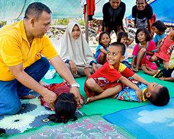 嵐の中の明るい光、子供たちは他の人々を助けることを学ぶ