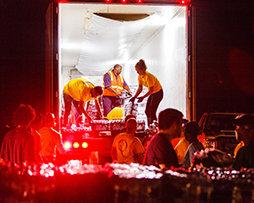 ハリケーン・マイケルの被害に対処する家族を援助