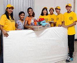 コロンビアの国境の明るく輝く黄色いテントがベネズエラの人々に希望をもたらす