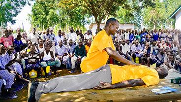 יועץ רוחני מתנדב של SCIENTOLOGY מביא תקווה חדשה לאסירים בקניה