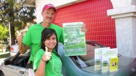 Tout au long de l'année, des équipes de bénévoles stockent des exemplaires du livret du Chemin du bonheur et les distribuent ensuite autour d'eux.
