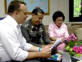 當政治黨派為掌控政府而爭鬥時(例如泰國的情況),執法機構與其他官員發送《快樂之道》,消融引人注目的紛爭。
