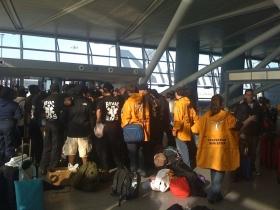Ministros Voluntarios de Scientology y miembros de otras organizaciones de ayuda en el Aereopuerto JFK esperando a despegar para Haití.