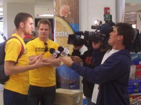 Austin Eastlee hablando con los medios de comunicación.
