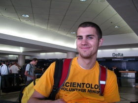 Il ventenne di Glendale, in California, che studia grafica al College di Pasadena, ha detto che considera che questo momento sia critico per le operazioni di soccorso e che questo è il motivo per cui si offre come volontario adesso.