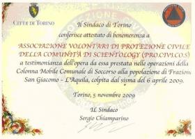 Verdienstzertifikat des Bürgermeisters von Turin in Anerkennung der Scientology Zivilschutzvereinigung (PRO.CIVI.COS) für die Zivilverteidigung und Hilfsleistungen, die für das Dorf San Giacomo und die Stadt L'Ayuila unternommen wurden, welche durch das Erbeben am 6. April 2009 erschüttert wurden.
