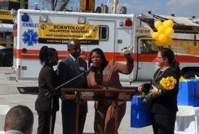 Η εκπρόσωπος της Εκκλησίας της Σαηεντολογίας Πάτ Χάρνεϊ δέχεται το κλειδί της North Miami Beach και μια προκήρυξη από το μέλος του Συμβουλίου της Πόλης Τζον Πάτρικ Τζουλιέν και την υποψήφια Αντιπρόσωπο της Πολιτείας Δάφνη Δ. Κάμπελ, ως έπαινο για το έργο των Εθελοντών Λειτουργών της Σαηεντολογίας στην Αϊτή.