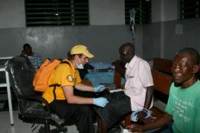 ハイチのポルトープランスの総合病院で患者の世話をするデビッド