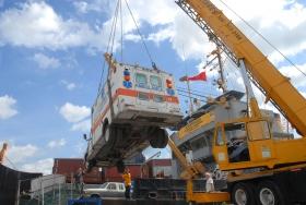 Scientologi Frivillige Hjælpere og lokale fra Haiti laster indsamlet udstyr og forsyninger på et skib til Haiti, chartret af scientologer.
