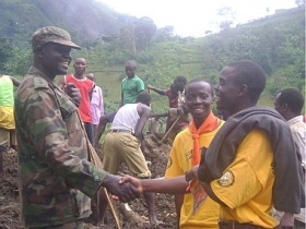 Speidere fra Kenya som er trent som Scientologi Frivillige prester hjalp til på ettersøks- og redningsaksjonen etter mudderskredet i Bududa-området i Uganda.