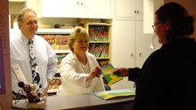 従業員たちは、積極的に顧客や同僚に『しあわせへの道』を配布しています。