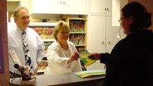 Medarbeidere liker godt å dele ut eksemplarer av Veien til lykke til sine kunder og kollegaer.