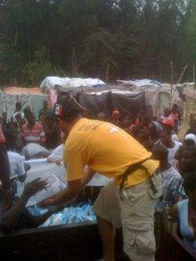 Distribution de nourriture et d'eau.