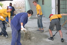 עבודת בנייה מחדש בבית-חולים בפורט-או-פרינס.