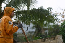Les activités de déblayage durant la courte saison des pluies, mi-avril 2010.