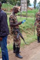 Med en distribution av några hundra miljoner häften finner, Vägen till lycka även vägen till det innersta av Kongos rebellkontrollerade territorier.