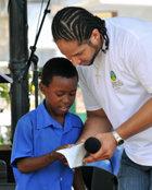 A Santa Lucia, gli adulti danno il buon esempio aiutando i giovani a usare La Via della Felicità.