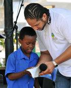 セントルシアでは、大人たちが良い手本を示し、青少年が『しあわせへの道』を使うのを促しています。