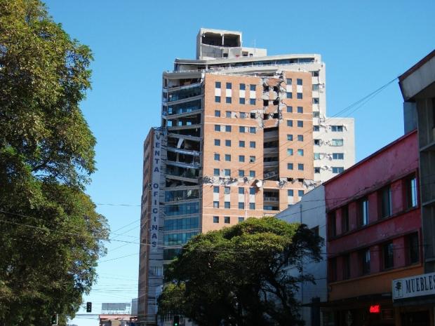 En skadad tornbyggnad i Concepción, mars 2010.
