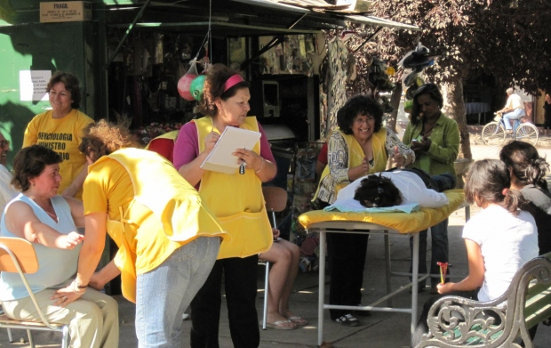 Érintéses asszisztok adása – amelyekkel a fájdalmat és a nyugtalanságot lehet enyhíteni – a chilei Rancaguában (2010 márciusa).