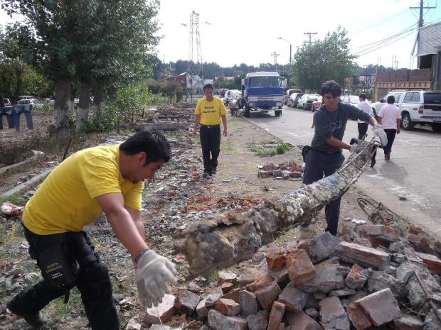 Trabajo de limpieza en Las Higueras, un área cerca de Talcahuano, abril de 2010.
