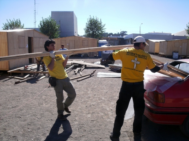 Entrega de materias primas para refugios, mayo de 2010.