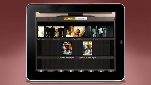 Alle undervisningsvideoer Youth for Human Rights med hefter og materialer kan lastes ned med app-en og finnes også in-line sammen med oppgavene slik at de kan ses med et klikk.
