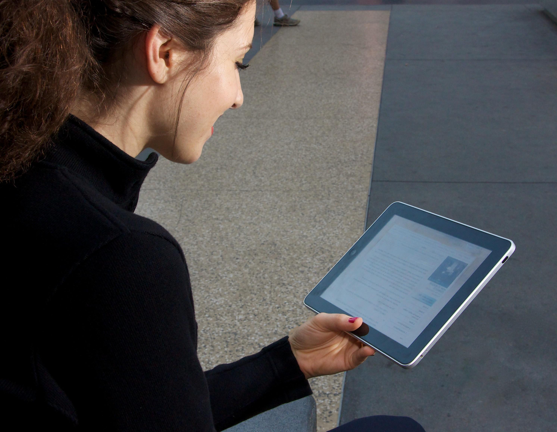 Une jolie fille avec un iPad. Débrider safari Mixutre Vidéo Pure Vidéo PurVid