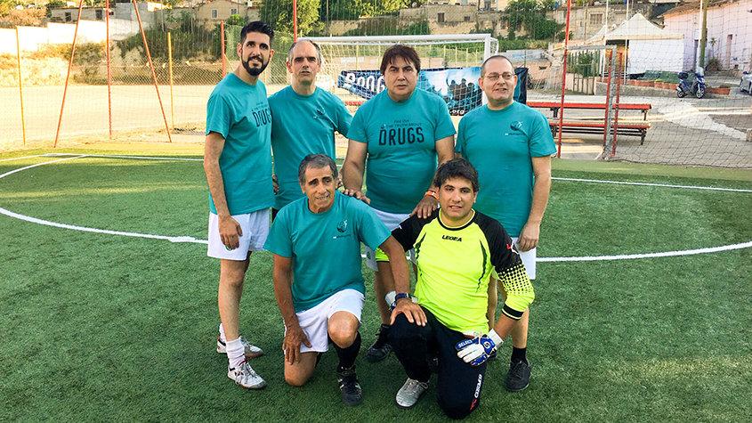A equipa do Mundo sem Drogas Cagliari ganha o torneio de futebol promovendo uma vida sem drogas.