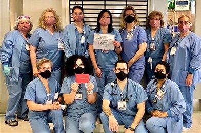 Egy connecticuti kórház ápolói a nekik adományozott maszkokat viselik, amelyeket egy Los Angeles-i Scientologist szállított le nekik.
