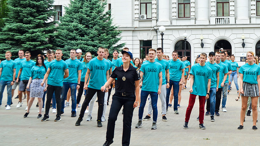 Ein Drug-Free World Flashmob, der von der örtlichen Polizei in Dnipro, Ukraine, geleitet wird.