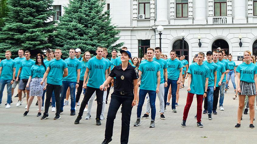 Een Drugsvrije Wereld-flashmob geleid door plaatselijke politieagenten in Dnipro, Oekraïne.
