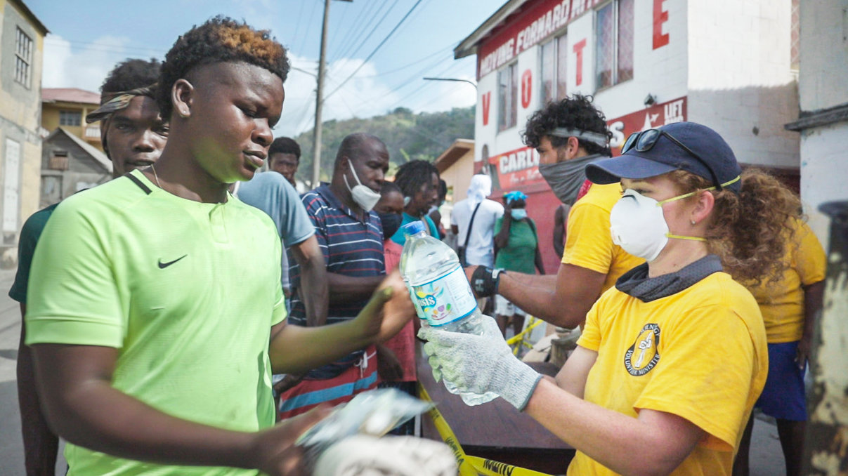 VMs halfen, über 20.000 Kilogramm an Wasser, Decken und anderen wichtigen Gebrauchsgütern an Einheimische auf St. Vincent zu verteilen.