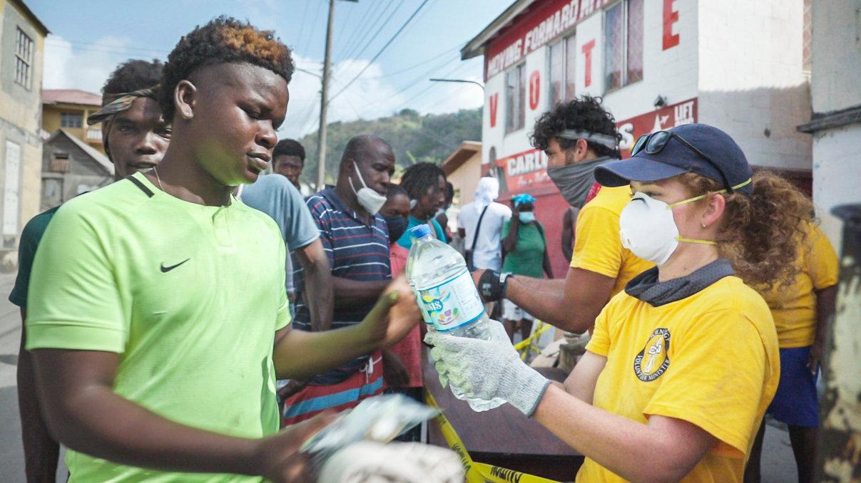 VM's hielpen om de meer dan 20.000 kilo water, dekens en andere belangrijke hulpgoederen aan de plaatselijke bevolking op St.Vincent uit te delen.