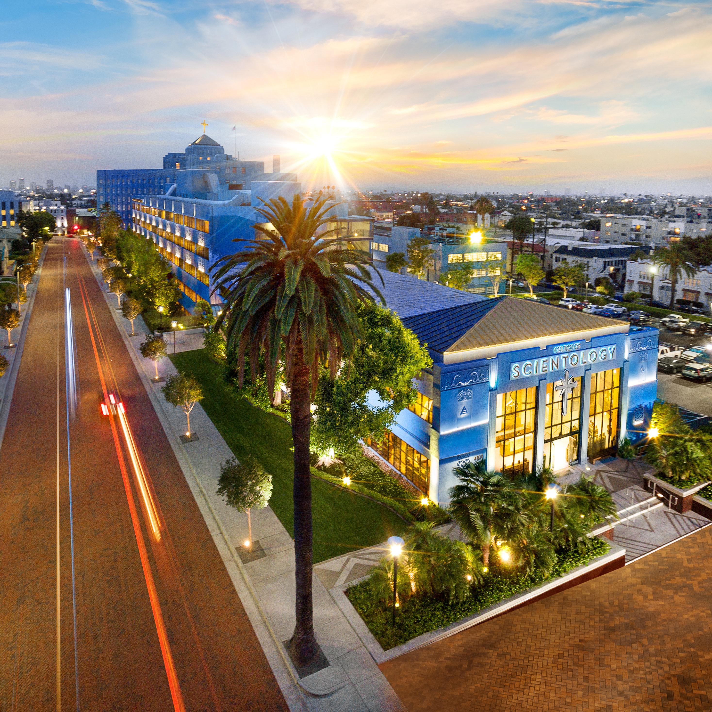 Los AngelesTittarna ges fullt tillträde till vad som händer och hur det ser ut inne i denna Scientology Kyrka, som ligger vid korsningen Sunset Boulevard och L.Ron Hubbard Way.