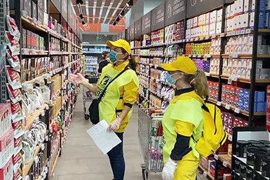 Саентологические волонтёры вПадуе, Италия, покупают продукты питания для пожилых людей исемей.