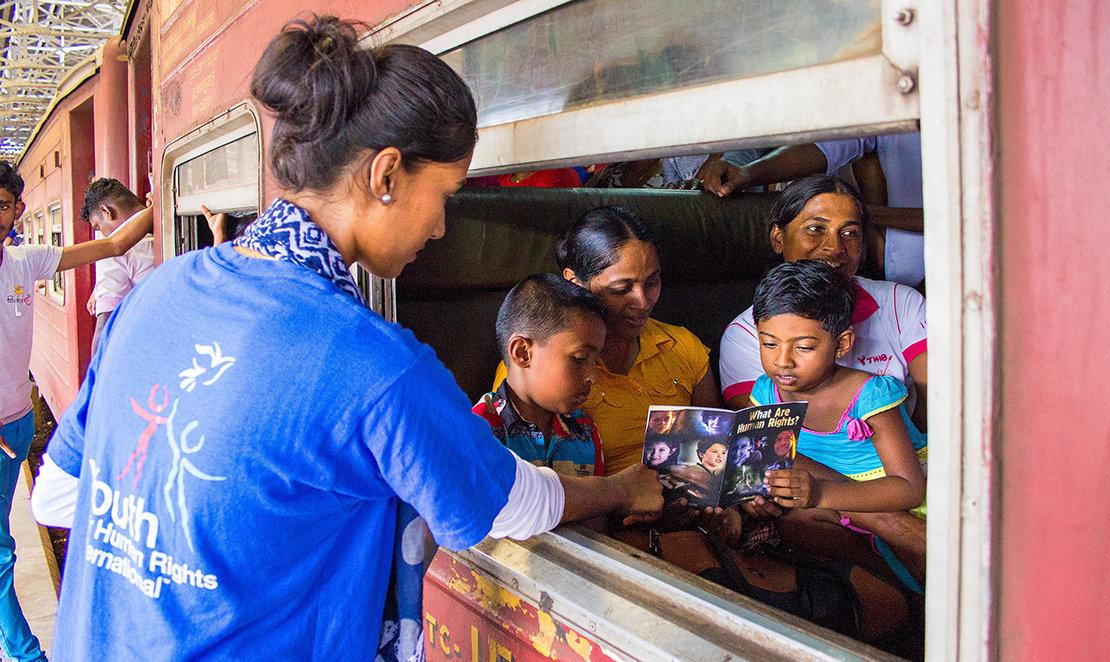 Distribución de folletos de los derechos humanos en Sri Lanka