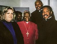 Jan Eastgate, eerw.Fred Shaw en eerw.Alfreddie Johnson met bisschop Desmond Tutu in Zuid-Afrika