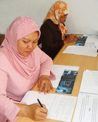 生徒たちが薬物と無縁の人生を送れるようにするには、指導者の研修が必要です。写真は、薬物のない世界のための財団がインドネシアで開催した教育者対象のセミナーでの研修風景。