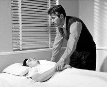 無意識状態にある人に、枕、毛布、その人の身体といった身の回りのものに触れさせることによって、その人の注意をコントロール下に置き、現時点に戻して、通常の生活へと戻すことができます。