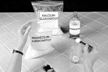 2. Adjunk hozzá egy fél csapott teáskanál (2,5 ml) magnézium-karbonátot. Itt is megfelelő mérőkanalat használjunk.