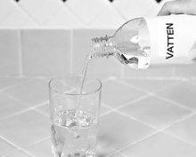 6. Fyll resten av glaset med ljummet eller kallt vatten.