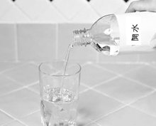 6. 剩下的部分以溫開水或冷開水補滿。