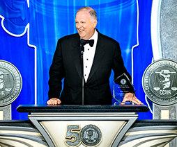 Прокурор Техаса Энди Викери принимает награду ГКПЧ в области прав человека.
