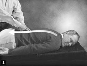 1. Beginnen Sie den Nerven-Beistand, indem Sie auf beiden Seiten der Wirbelsäule mit zwei Fingern nach unten streichen.
