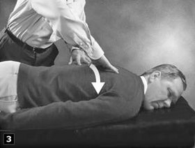 3. Legyezőszerűen szétnyitott ujjakkal a gerinctől kifelé haladva simítson.