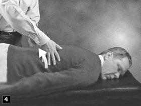 4. Passez à nouveau vos mains, légèrement, dans le sens inverse en procédant maintenant vers la colonne vertébrale.