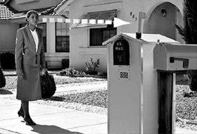 """en simpel afhjælpning for udmattelse er """"Gå en tur"""". En person går simpelthen rundt om husblokken og ser på ting."""